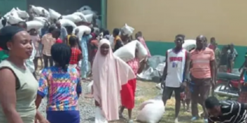 Hoodlums brazenly looting relief palliatives after breaking into another warehouse in Gwagwalada Area Council of the FCT.